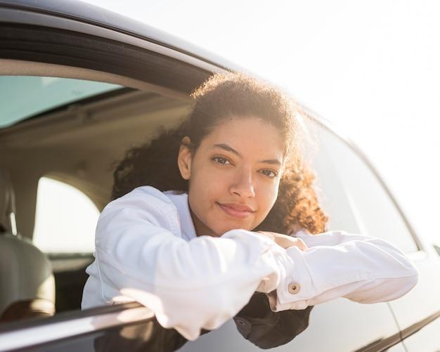Medium shot vrouw poseren uit het raam