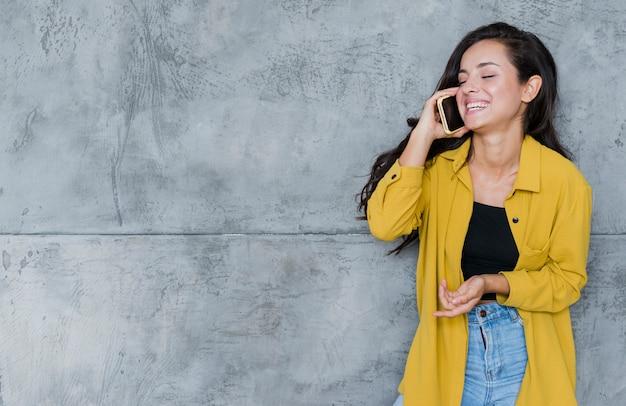 Medium shot vrouw praten aan de telefoon