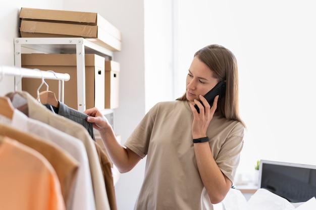 Medium shot vrouw praten over de telefoon