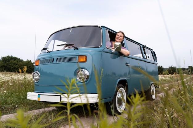 Medium shot vrouw rijdende bestelwagen