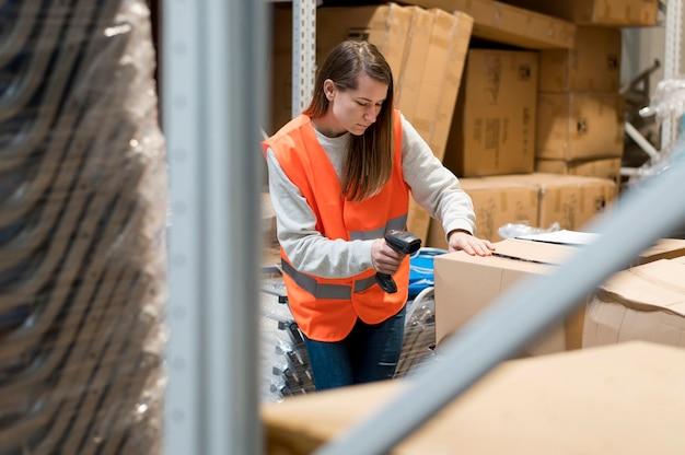 Medium shot vrouw scannen doos