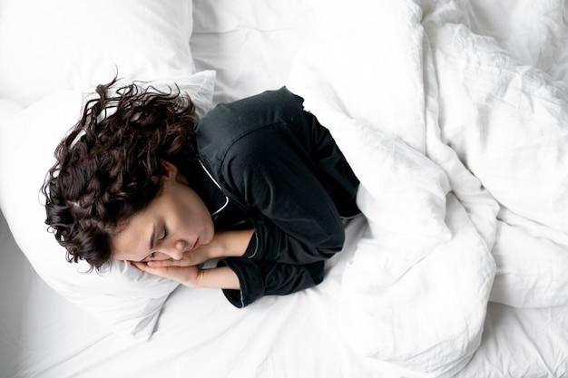 Medium shot vrouw slapen