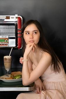 Medium shot vrouw zittend aan tafel