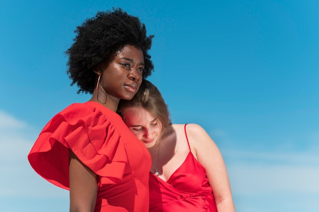 Medium shot vrouwen die rode jurken dragen