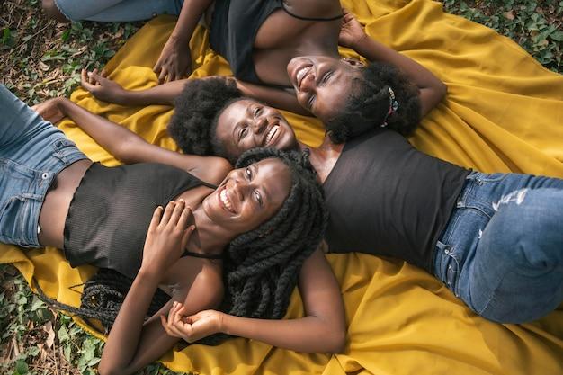 Medium shot vrouwen die samen poseren