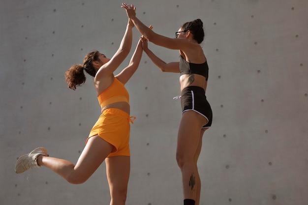 Medium shot vrouwen high five