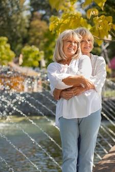 Medium shot vrouwen knuffelen in park