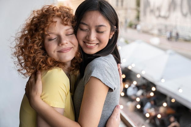 Medium shot vrouwen knuffelen