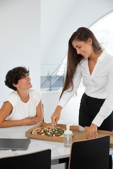 Medium shot vrouwen met pizza