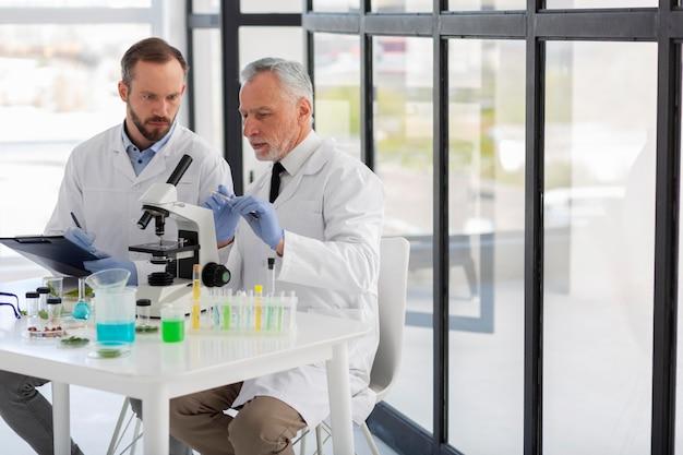 Medium shot wetenschappers werken samen
