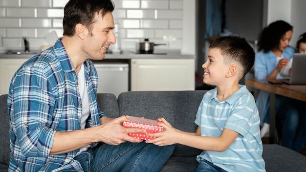 Medium shot zoon geeft cadeau