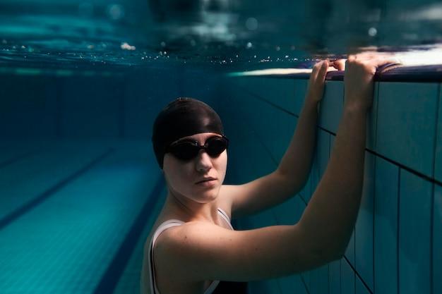 Medium shot zwemmer die een veiligheidsbril draagt