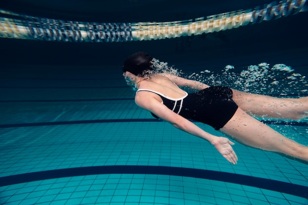 Medium shot zwemmer in zwembad