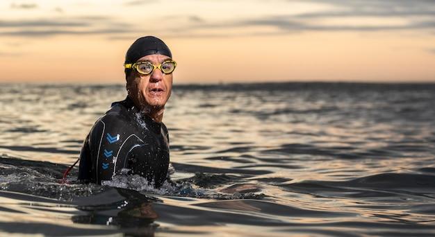 Medium shot zwemmer met uitrusting