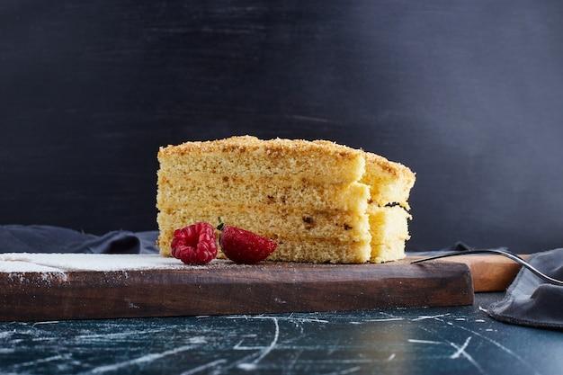 Medovic cake op een houten bord.