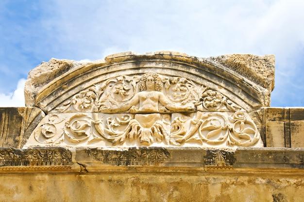 Medusa-detail van de tempel van hadrianus, efeze, izmir, turkije