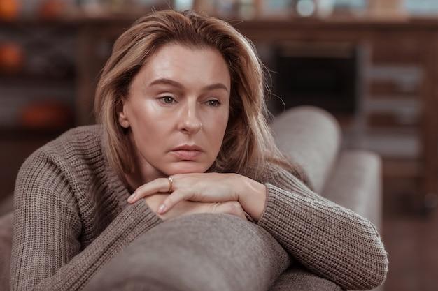 Meedenkend en bezorgd. aantrekkelijke zakenvrouw die zich attent en bezorgd voelt na problemen op het werk