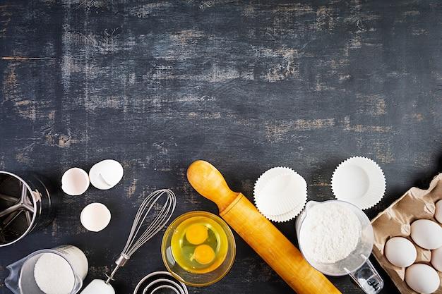 Meel met keukenaccessoires voor het maken van deeg