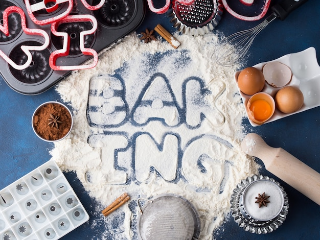 Meelbrieven spelling bakken met gereedschap en ingrediënten
