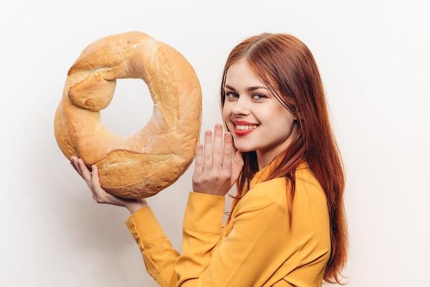 Meelproduct rond brood en emotionele vrouw in geel overhemd