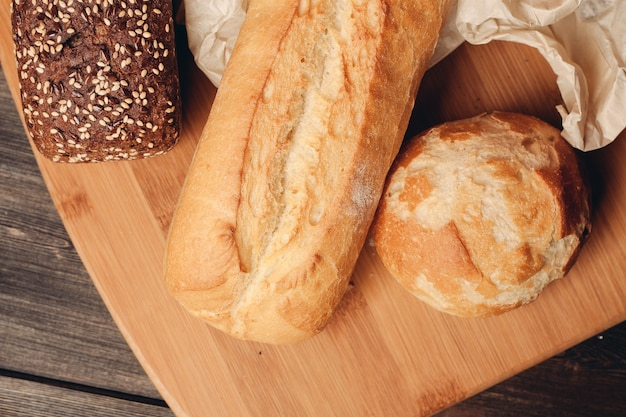 Meelproducten brood en houten bord lichte achtergrond. hoge kwaliteit foto