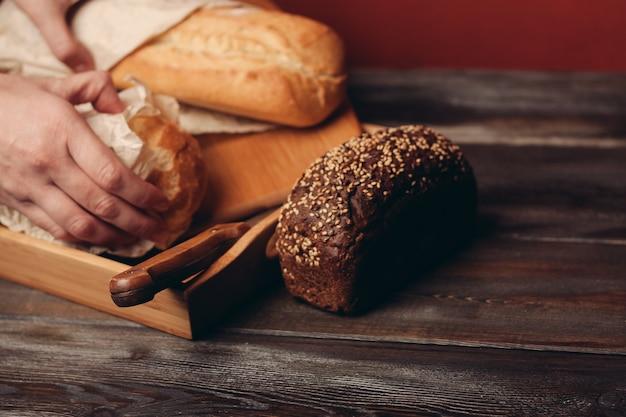 Meelproducten roggebrood op een dienblad en een scherp mes op tafel