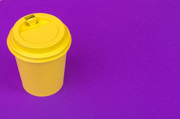 Meeneem kopje koffie op fel gekleurd