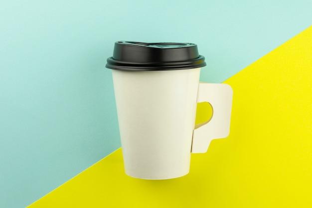 Meeneemdocument koffiekop op blauwe en gele achtergrond.
