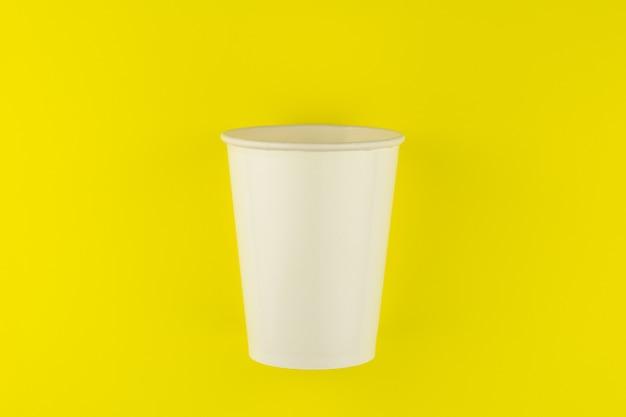 Meeneemdocument koffiekop op gele achtergrond.