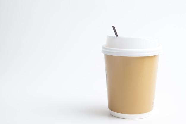 Meeneemkop omhoog voor branding of embleem, koffiekop op witte achtergrond