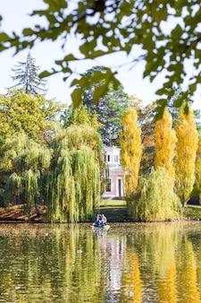 Meer en bomen in de herfstpark