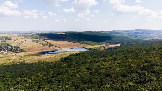 Meer gelegen in het laagland, bos op de voorgrond en heuvels