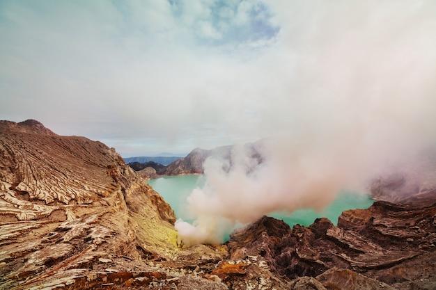 Meer in een krater van vulkaan ijen, java, indonesië
