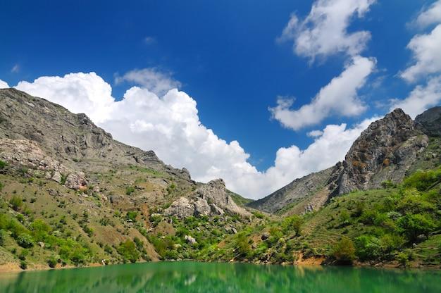 Meer met azuurblauw water gelegen tussen de bergen