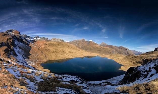 Meer met bergen eromheen in de alpen