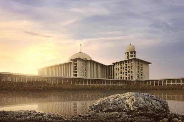 Meer met bezinning mooie en majestueuze moskee