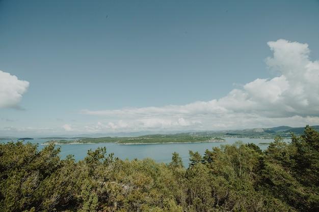 Meer omgeven door rotsachtig landschap