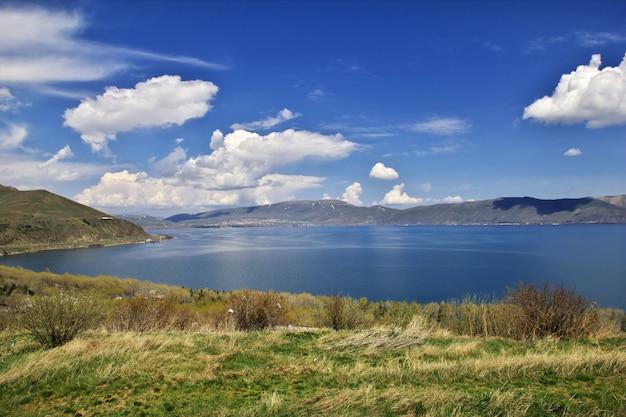 Meer sevan in de bergen van de kaukasus, armenië