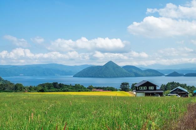 Meer toya in nationaal park shikotsu-toya, hokkaido, japan.