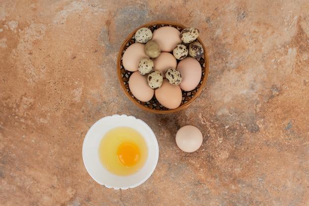 Meerdere eieren met rauw ei op de plaat in de marmeren tafel.