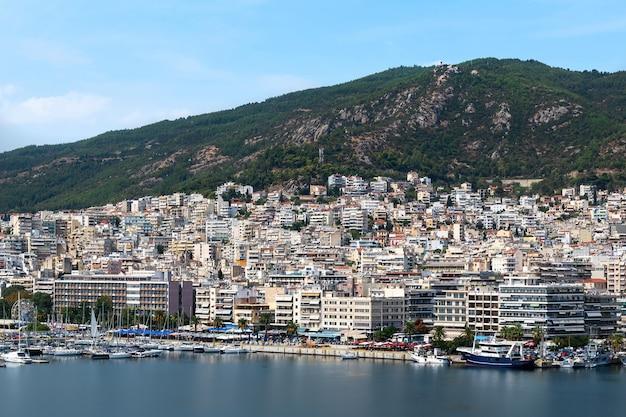 Meerdere gebouwen aan de egeïsche zee kosten met haven in kavala, griekenland