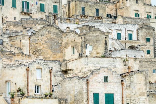 Meerdere gebouwen van een stad zijn overdag naast elkaar gebouwd