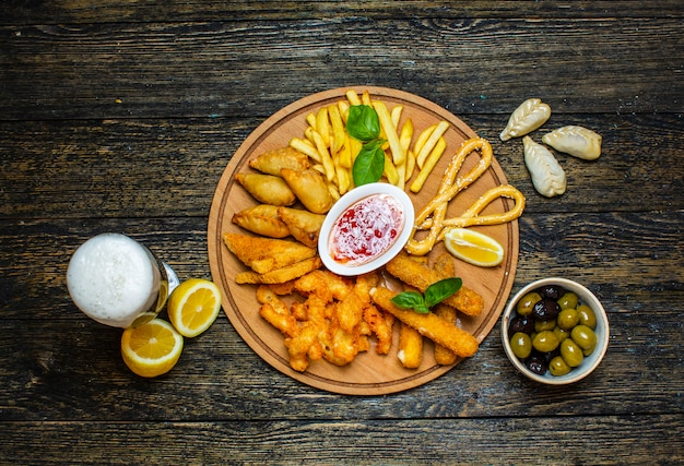 Meerdere gefrituurde snacks met zoete chilisaus
