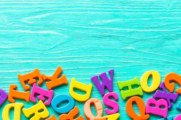 Meerdere gekleurde letters op houten tafel