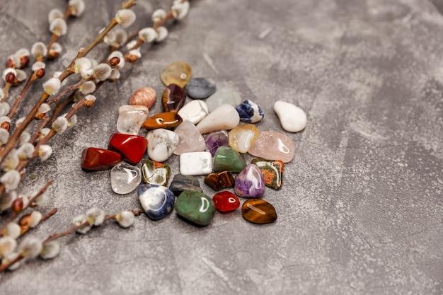 Meerdere halfedelstenen aan boord van edelstenen kristalmineralen