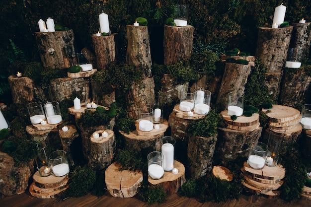 Meerdere kaarsen ingesteld op boomstronken voor bruiloft decor