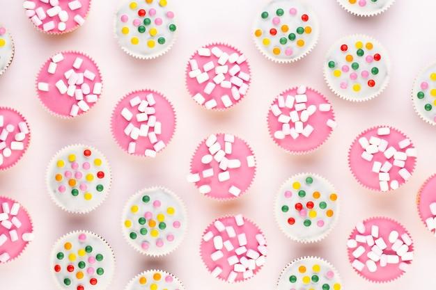 Meerdere kleurrijke mooi ingerichte muffins op een witte achtergrond