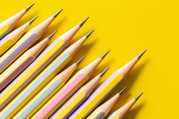 Meerdere potloden op geel papier