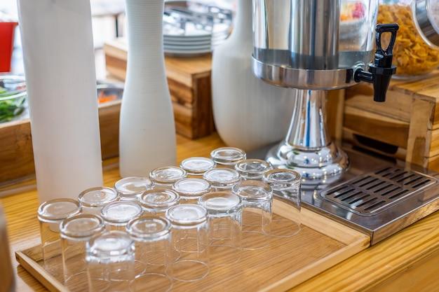 Meerdere rijen van transparant leeg glas