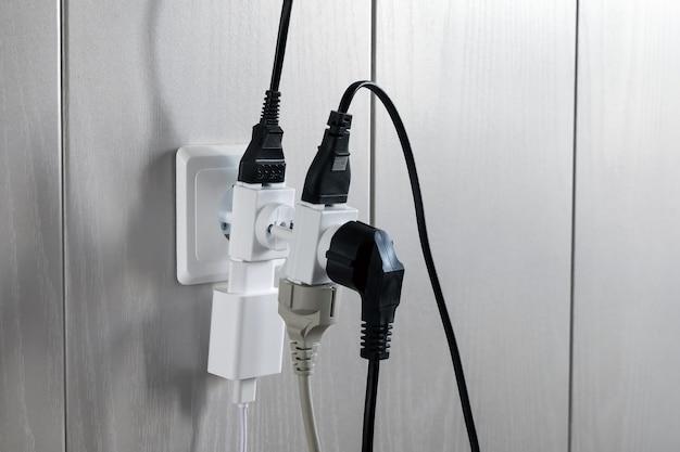 Meerdere stekkers in het stopcontact vormen een gevaarlijke overbelasting